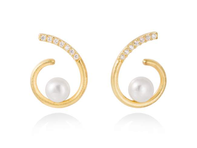 Earrings AKITA pearl in golden silver de Marina Garcia Joyas en plata Earrings in 18kt yellow gold plated 925 sterling silver, white cubic zirconia and freshwater cultured pearls. (size: 2,5 cm.)