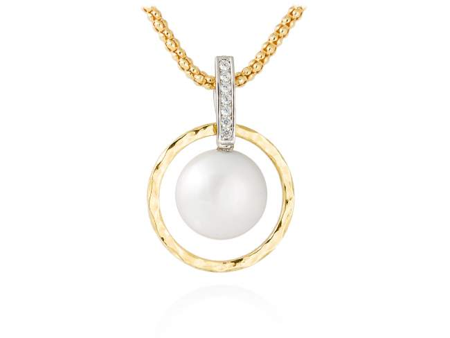 Necklace OSAKA pearl in golden silver de Marina Garcia Joyas en plata Necklace in 18kt yellow gold plated 925 sterling silver with white cubic zirconia and freshwater cultured pearl. (Length of necklace: 42+3 cm. Size of pendant: 3,5 cm.)