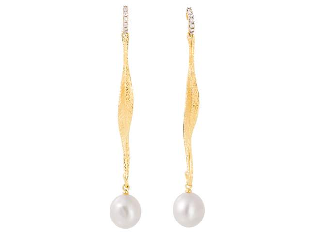 Earrings NARA pearl in golden silver de Marina Garcia Joyas en plata Earrings in 18kt yellow gold plated 925 sterling silver with freshwater cultured pearls. (size: 7,5 cm.)