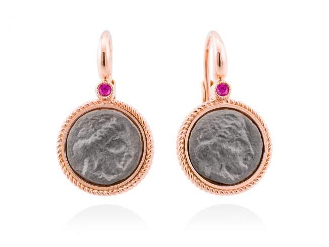 Pendientes TERRA Fucsia en plata rosa de Marina Garcia Joyas en plata Pendientes de plata de primera ley (925) con baño de rutenio y chapado en oro rosa de 18kt y zafiro fucsia sintético. (tamaño: 2,5 cm.)